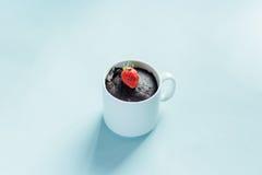 Browniecake in een mok Stock Fotografie