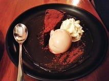 Browniedessert en het vanilleroomijs met chocolade wordt gediend die Royalty-vrije Stock Afbeelding