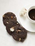 Browniekoekjes met kop van koffie Stock Foto