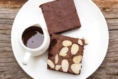 Brownies με το φοντάν σοκολάτας στο άσπρο πιάτο Στοκ φωτογραφία με δικαίωμα ελεύθερης χρήσης