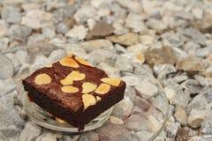 Brownies σε ένα πιάτο στο υπόβαθρο της πέτρας Στοκ φωτογραφίες με δικαίωμα ελεύθερης χρήσης