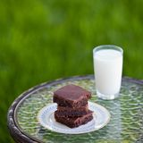Brownies caseiros do chocolate com um vidro do leite foto de stock