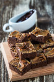 Brownies caseiros do chocolate do caramelo Foto de Stock
