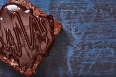 Brownies caseiros do chocolate na obscuridade - fundo azul, vista superior fotos de stock royalty free