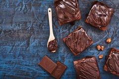 Brownies caseiros do chocolate na obscuridade - fundo azul, vista superior Imagens de Stock Royalty Free