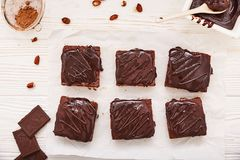 Brownies caseiros do chocolate no fundo de madeira branco, vista superior foto de stock royalty free