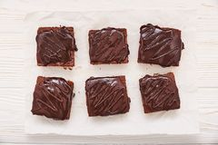 Brownies caseiros do chocolate no fundo de madeira branco, vista superior fotografia de stock royalty free
