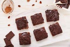 Brownies caseiros do chocolate no fundo de madeira branco, vista superior Imagens de Stock Royalty Free