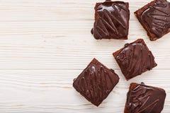Brownies caseiros do chocolate no fundo de madeira branco, vista superior, copyspace Imagens de Stock