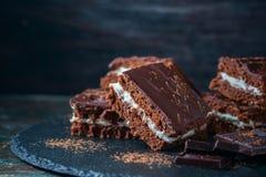 Brownies caseiros do chocolate no fundo escuro Imagens de Stock
