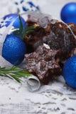 Brownies deliciosas com bolas azuis Fotos de Stock