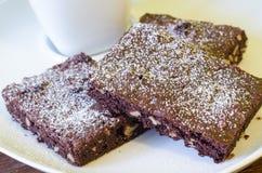Brownies deliciosas em um prato do café Imagens de Stock Royalty Free