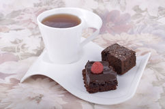Brownies do chocolate com chá Fotografia de Stock Royalty Free