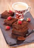 Brownies do chocolate do bolo e café do copo imagem de stock royalty free