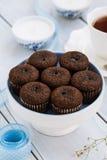 Brownies do chocolate e um copo do chá na tabela de madeira Imagem de Stock Royalty Free