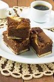 Brownies do queijo creme em uma placa branca Foto de Stock