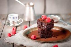 Brownies met framboos op een houten achtergrond Stock Fotografie