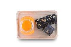 Brownies met Oranje Juice On Wood Tray Stock Afbeeldingen