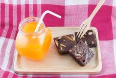 Brownies met Oranje Juice On Wood Tray Royalty-vrije Stock Foto's