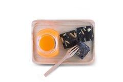 Brownies met Oranje Juice On Wood Tray Stock Foto