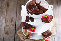 Brownies in stacked coffee cups with chocolate sauce Stock Photography
