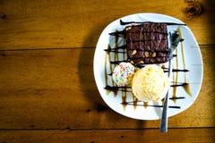 Browniescake met vanilleroomijs Stock Foto's