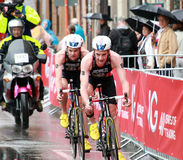 Brownlee bröder som cyklar i regnet arkivfoton
