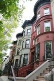 Brownstones di New York alla vicinanza storica di altezze di prospettiva Fotografie Stock Libere da Diritti
