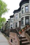 Brownstones di New York alla vicinanza storica di altezze di prospettiva Fotografia Stock
