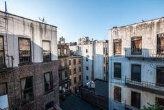 Brownstones en stedelijke woningen binnen - tussen blokken in de Stad van New York Stock Foto