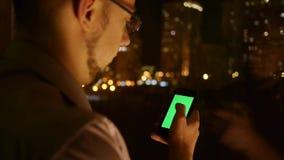Browser dei rotoli degli uomini sul telefono stock footage