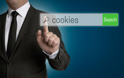 Browser van koekjesinternet wordt in werking gesteld door zakenman stock foto