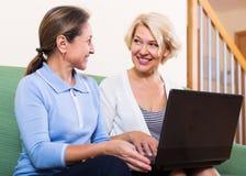 Browsering Netz der glücklichen älteren Frau Lizenzfreie Stockfotografie