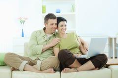 browsing couple home internet Στοκ φωτογραφία με δικαίωμα ελεύθερης χρήσης