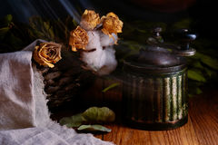 Broyeur de café antique de vintage et fleurs jaunes sur la table en bois Photos libres de droits