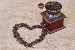 Broyeur de café complètement de forme rôtie de coeur de grains de café et de grains de café - à partir du dessus Images stock