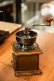 Broyeur de café dans la conception d'article de décoration de fond de boutique Photo libre de droits