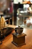 Broyeur de café dans la conception d'article de décoration de fond de boutique Images libres de droits