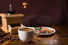 Broyeur de café en bois par la tasse et le festin blancs Image libre de droits