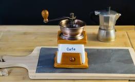 Broyeur de café italienne en gros plan qui se tient sur un support en pierre photo stock