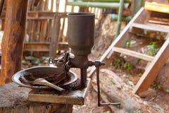 Broyeur de café rôtie par vintage de grains de café image libre de droits