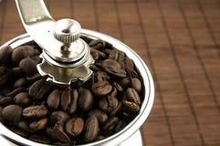 Broyeur de café sur la table Images stock