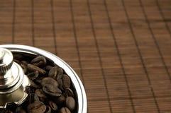 Broyeur de café sur la table Photos libres de droits