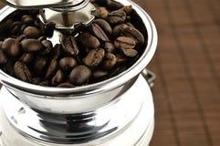 Broyeur de café sur la table Photographie stock