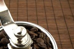 Broyeur de café sur la table Images libres de droits