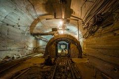 Broyeur de mâchoire souterrain de mine d'or photo libre de droits