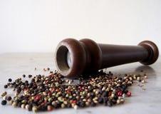 Broyeur de poivre avec le grain de poivre coloré Image libre de droits