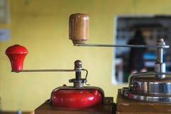 Broyeur Manual Coffee Bean de vintage au coffeeshop de boutique photographie stock libre de droits