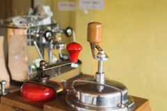 Broyeur Manual Coffee Bean de vintage dans le cooffeshop local images stock