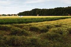 2016/07/07 Brozany NAD Ohri, République Tchèque - le fourgon blanc s'est garé au milieu des champs d'agriculteurs Photos libres de droits